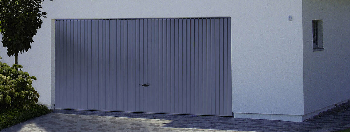 Garagen-Schwingtor in Blau